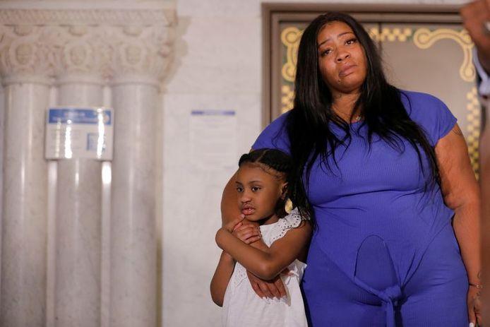 Roxie Washington et sa fille Gianna lors d'une conférence de presse à Minneapolis ce mardi.