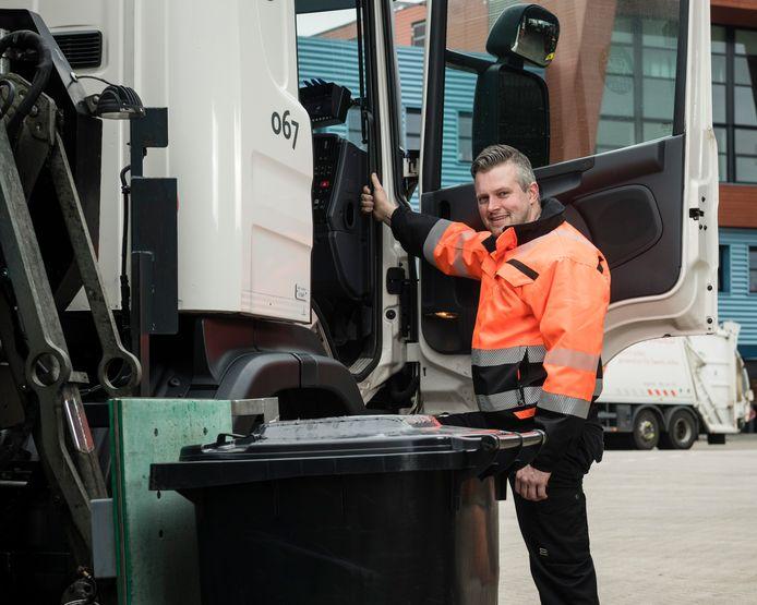 """Vuilnisman Jeroen Klein Buursink. """"Er staan veel meer containers langs de weg dan normaal."""""""