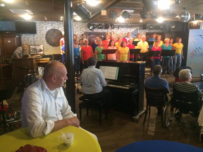 Koor La Vita, voor deze gelegenheid in vrolijke kleurtjes uitgedost trapte de middag af met een optreden. .