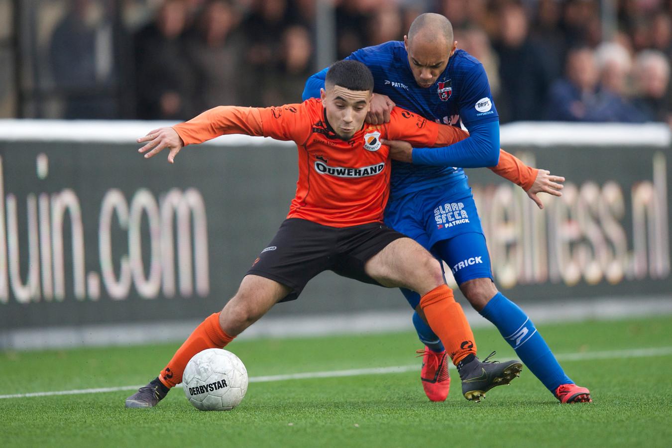 De Treffers-rechtsback Jermo Wilsterman doet verwoedige pogingen om Marouane Afaker van Katwijk van de bal te zetten.