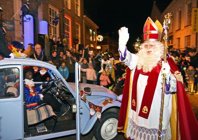 Sinterklaas vertrekt weer naar Spanje in een lelijke eend.