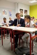 Emmanuel Macron op een basisschool in Laval, afgelopen maandag.