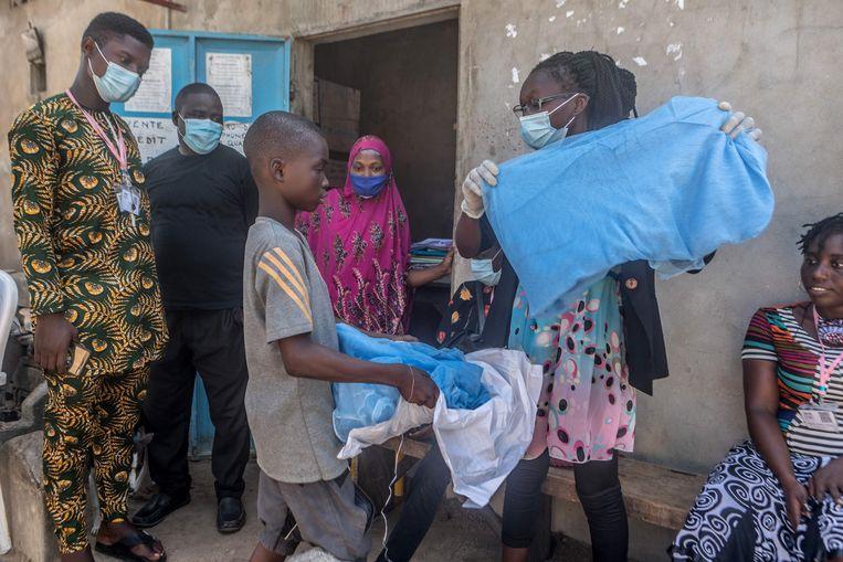 Een jongen in de stad Cotonou in Benin kreeg vorige maand een nieuw muskietennet om hem te bescherming tegen malaria.  Beeld AFP