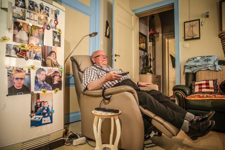 Vanuit zijn relaxzetel kijkt Guido vaak voetbal, de foto's van Viviane en haar familie op de koelkast als gezelschap.