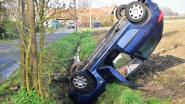 Bestuurster belandt met auto loodrecht in gracht