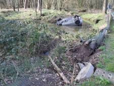 Auto belandt op zijn kop in sloot in Barneveld