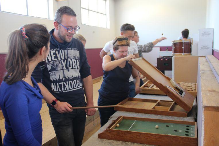 De leerkrachten ontdekken de volksspelen in 't  Sprankelend Toeval.