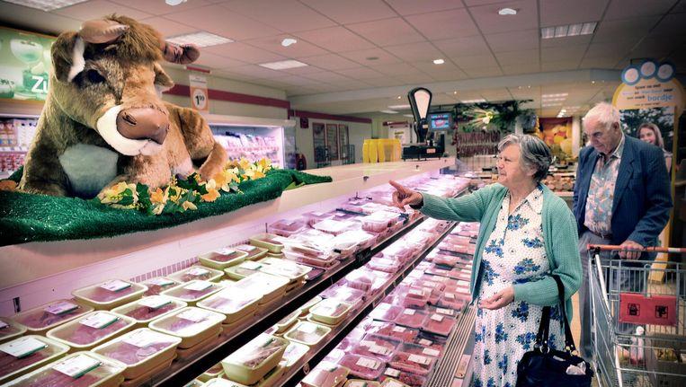 De vleesafdeling van een supermarkt in Putte Beeld Marcel van den Bergh / de Volkskrant