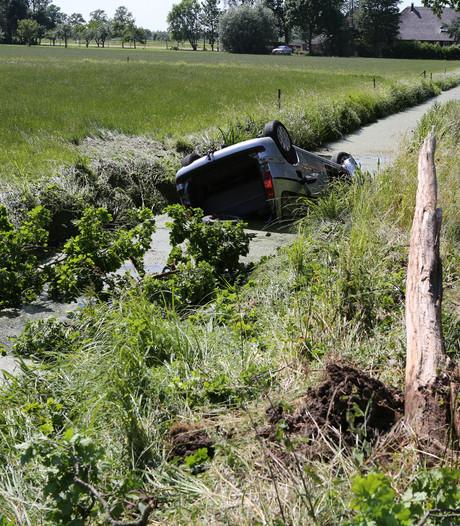 Moeder en kind vliegen met auto over de kop in Neerijnen: omstander schiet te hulp