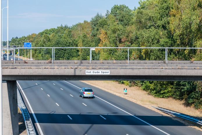 Rijkswaterstaat sloopt het viaduct van het oude spoor over de A28.