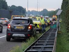 Gevaarlijke situatie A59 Vlijmen: ijzeren balk op weg, zes auto's rijden banden kapot