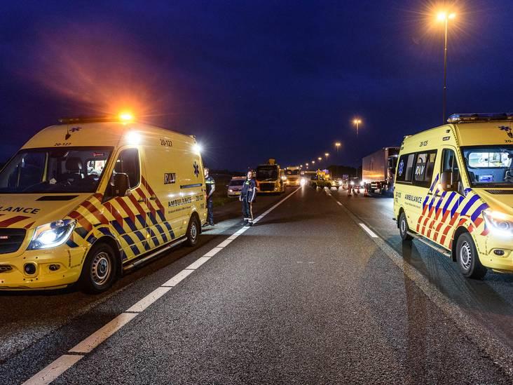 Auto rijdt in sloot langs A16, vrouw zwaargewond