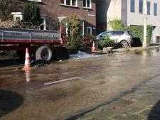 Straat in Roosendaal staat blank door kapotte waterleiding