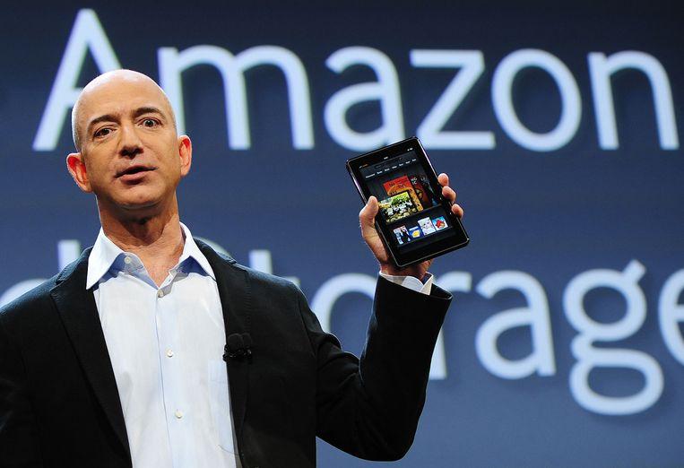 De CEO van Amazon, Jeff Bezos, laat een nieuw Kindle-model zien. Beeld AFP