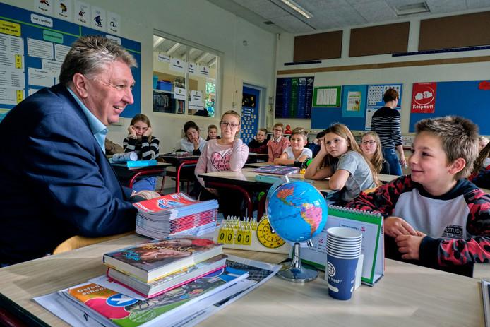 Marco Stam is in gesprek met leerlingen van de Prins Bernhardschool.
