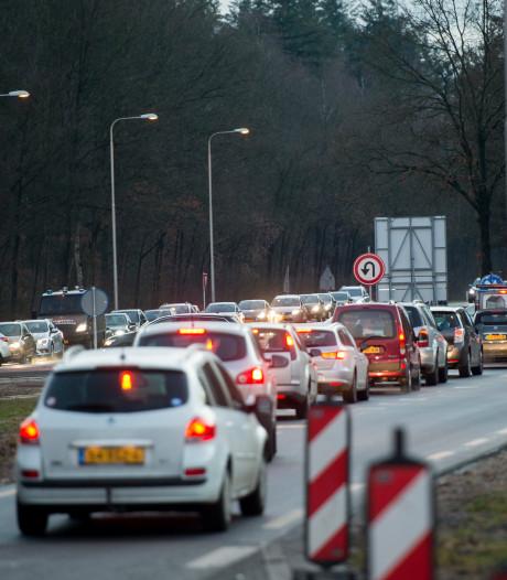 Automobilisten negeren massaal keerverbod Otterloseweg bij Apeldoorn