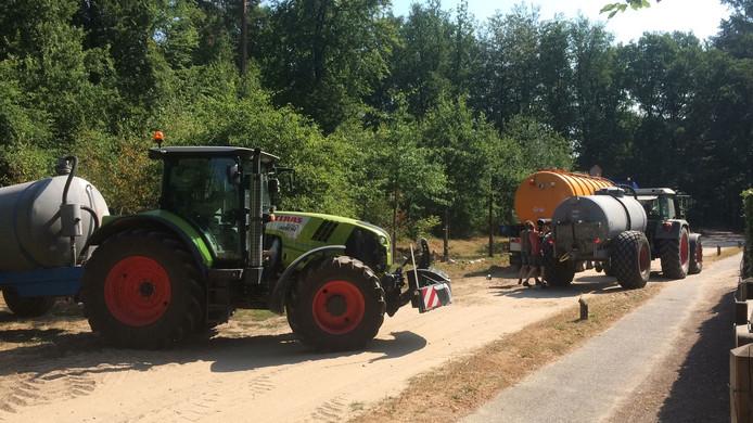 Een groep vrijwilligers is met diverse voertuigen het bos in gegaan om drinkplaatsen voor dieren met water te vullen.