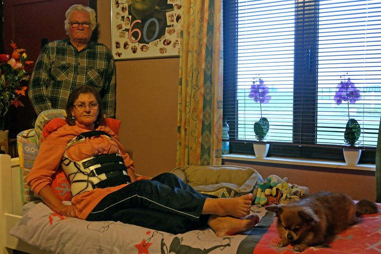 """Christian, Marianne en hun hondje Rocky. Marianne kan enkel zittend slapen. """"Liggen gaat niet, dan verga ik van de pijn."""""""