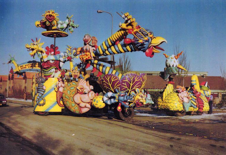 1985 'Uit de rooie kool komen, is een uitdrukking. Het motto was: 'we komme dur rond vor uit'. Met het mechanisme van een graafmachine lieten we van alles uit de rode kool komen. De grijper was veranderd in een enorme 'tullepetaon', een parelhoen. Want Roosendaal heet in carnavalstijd Tullepetaonestad.' Beeld Foto Marcel van den Bergh