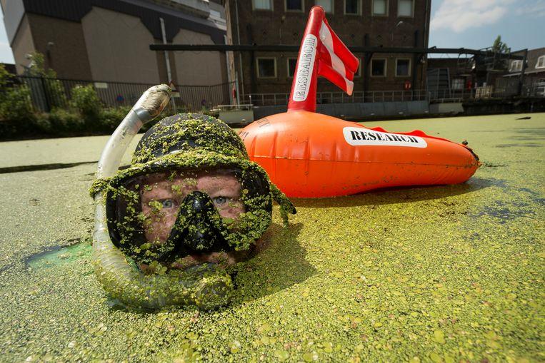 Aaf Verkade, snorkelend in de grachten van Leiden. Beeld Foto Taco van der Eb