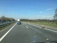Vrachtwagen verliest isolatieplaten op A30 bij Lunteren