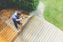 Het terras schoonmaken is méér dan alleen de hogedrukspuit erover heen, waarschuwt Marja Middeldorp