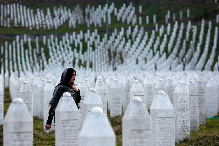 De gedenkstenen voor de slachtoffers van de massamoord in Screbrenica. Beeld AP