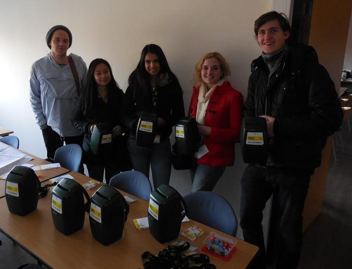 Domynikas (rechts) met vier andere studenten van STAI.