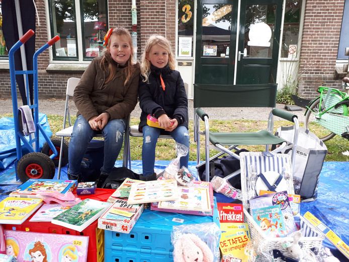 Zusjes Lara (10) en Sofie (7) verkopen boeken, spelletjes en de zelfgehaakte knuffels van hun moeder tijdens de Kindermarkt