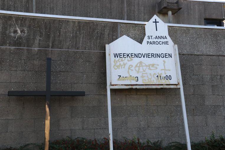 Op een van de borden aan de kerk werd 'God is gay' achtergelaten in graffiti.