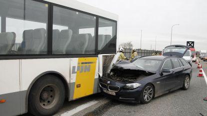 BMW knalt tegen geparkeerde lijnbus
