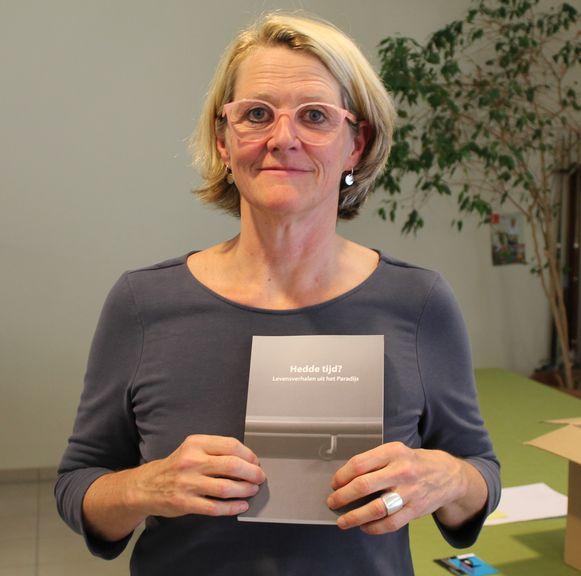 Gretel Van den Broek met het boek Hedde Tijd?