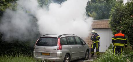 Auto in brand op oprit bij woning in Etten-Leur