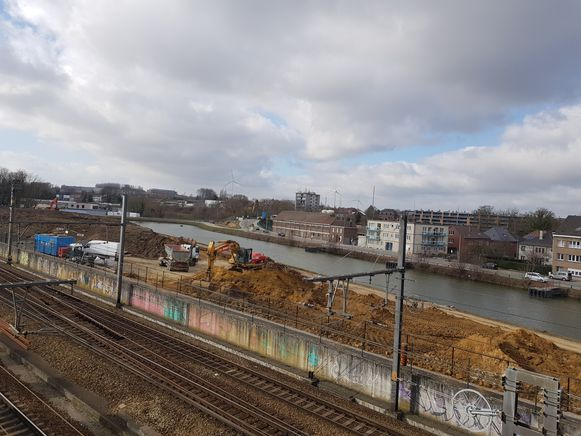 De Suikerkaai (Op de foto aan de overkant van het Kanaal Brussel-Charleroi) zal volledig afgesloten worden wanneer de bouw van de Zenne- en Zuidbrug start.