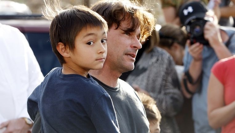 Toen hem werd gevraagd waarom hij niet tevoorschijn was gekomen nadat zijn ouders hem geroepen hadden, zei de zesjarige Falcon dat hij in zijn schuilplaats was gebleven omdat zijn vader had gezegd dat het 'voor de televisieshow' was. Foto EPA Beeld