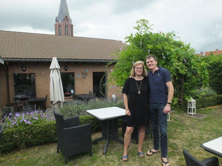 Jan en Marleen in de tuin van De Sterre die ze volledig hebben opgeknapt.
