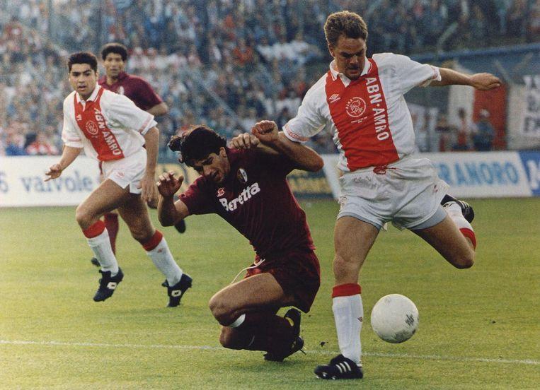 Sonny Silooy, Ginaluigi Lentini en Frank de Boer (van links naar rechts) in de UEFA Cup-wedstrijd tegen Torino in 1992 Beeld anp