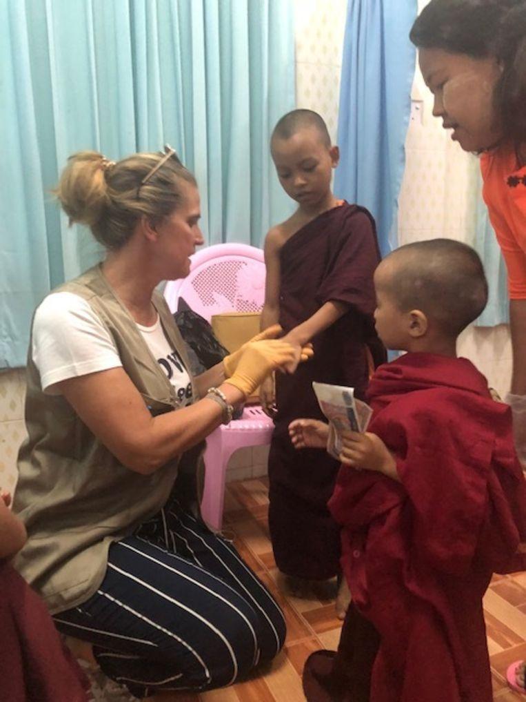 Huidspecialist Karen Vermeersch onderzoekt een kindmonnik op schurft en schimmels.