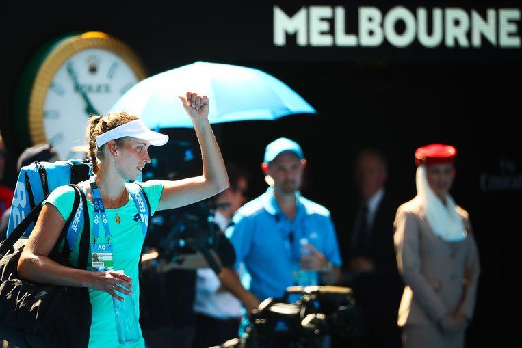 Elise Mertens verlaat de court na haar halve finale tegen Wozniacki.