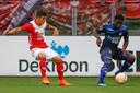 NEC'er Terry Lartey Sanniez probeert Gabriel Culhaci (links) van Jong FC Utrecht af te schudden.