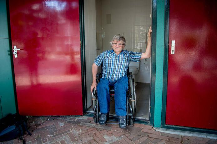 Jan Troost in de deuropening van het toilet van de Wijchense Marktpromenade.