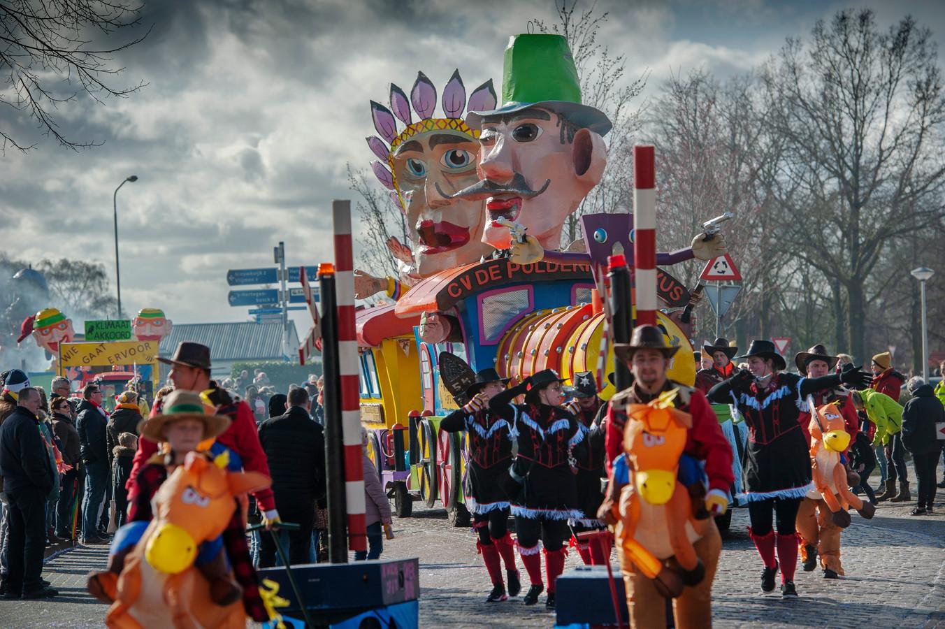De carnavalsoptocht in Haarsteeg. Op de foto CV De Poldermennekus met hun wagen.