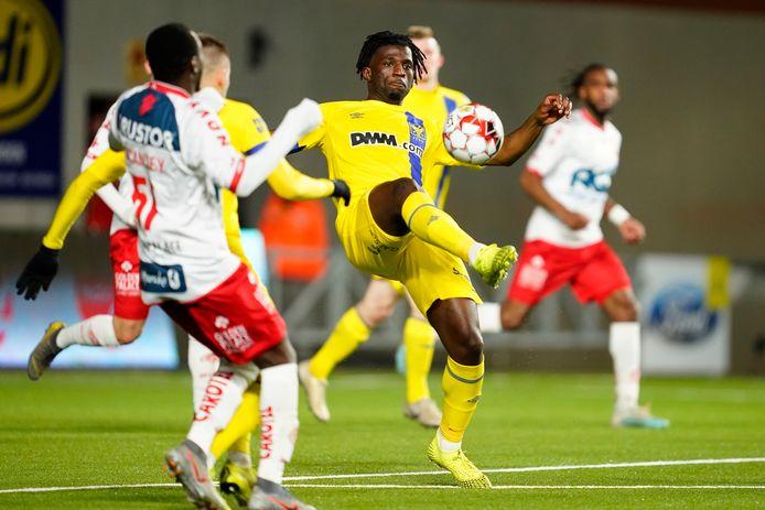 Bushiri (r.) zette zich meteen door tegen KV Kortrijk.