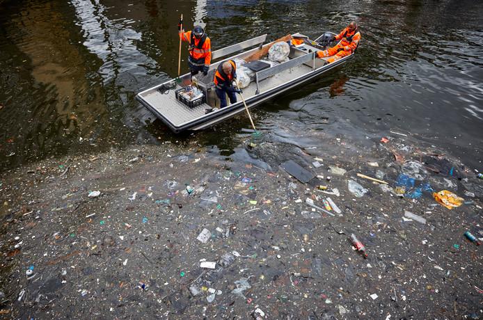 Het 'vuilvisteam'haalt zo veel mogelijk troep uit het water.