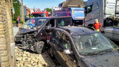 Automobilist wordt onwel en knalt in gevel van wassalon: geen gewonden
