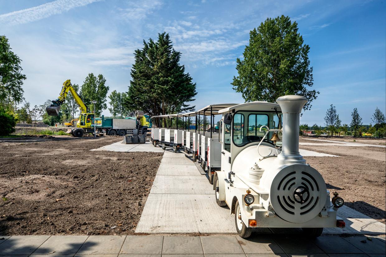 De toeristentrein staat al klaar. Donderdagavond stemt de gemeenteraad over het doorgaan van de Floriade in Almere. Beeld Raymond Rutting / de Volkskrant