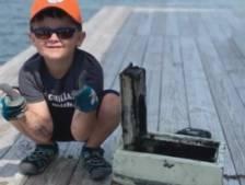 Un enfant de 6 ans remonte un coffre-fort en faisant de la pêche à l'aimant