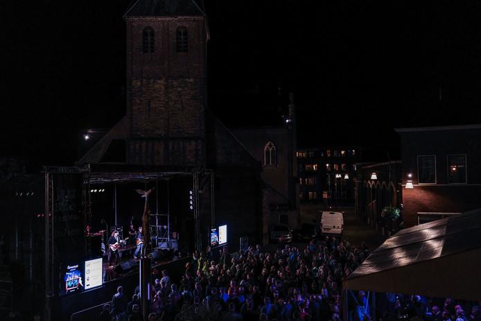Kermis in Duiven met een biertje en een optreden van Julian Sas. Foto: Jan Ruland van den Brink