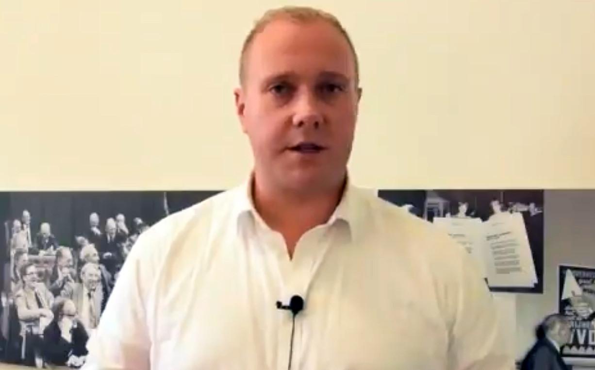 Thierry Aartsen maakt zijn excuses in een video op Twitter.