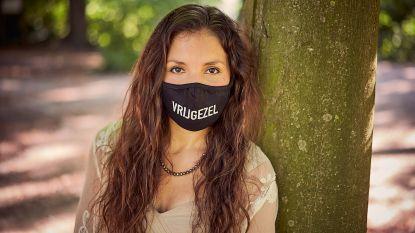 """""""Ik ben vrijgezel"""": dochter van verpleegkundige bedenkt mondmaskers met boodschap"""